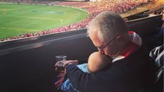 Ảnh Thủ tướng Úc vừa cầm bia, vừa bế cháu gây tranh cãi