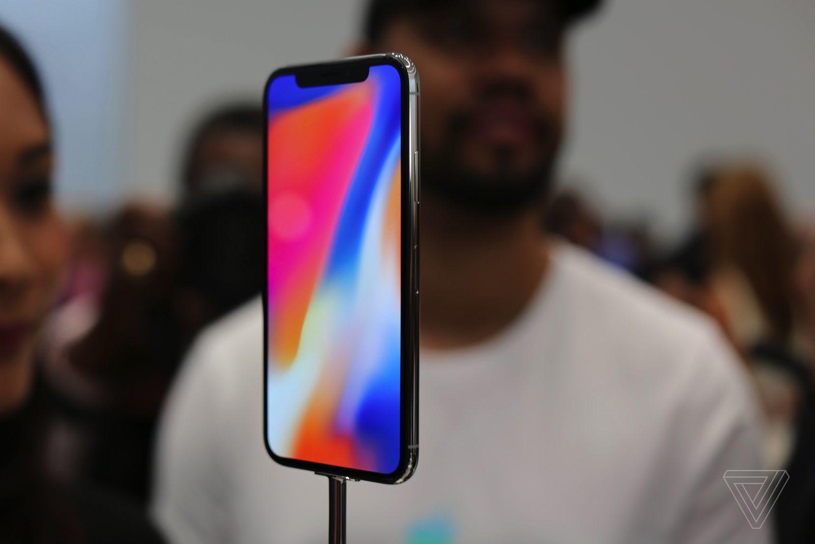 """Cận cảnh iPhone X: """"Vũ khí"""" bí mật của Apple."""