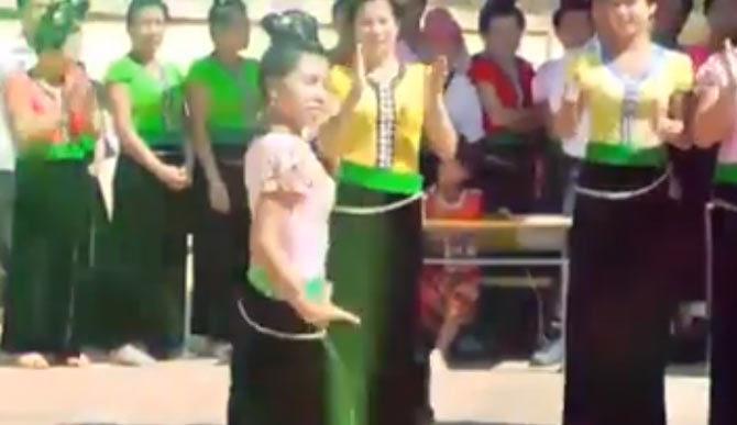Màn khiêu vũ của các cô gái dân tộc ít người khiến người xem không thể rời mắt
