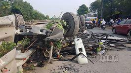Hà Nội: Tàu đâm nát bét xe tải cố băng qua đường sắt