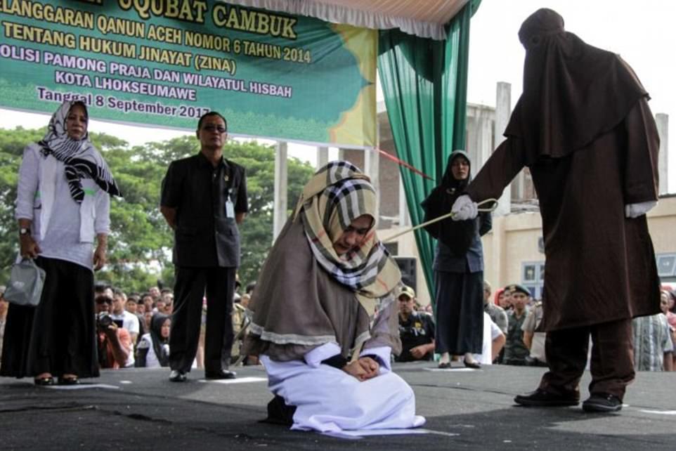 Đứng gần trai lạ, một phụ nữ Indonesia bị đánh nhập viện