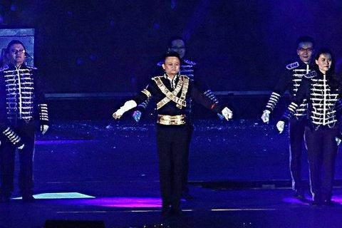 Xem tỷ phú giàu nhất Trung Quốc nhảy Michael Jackson
