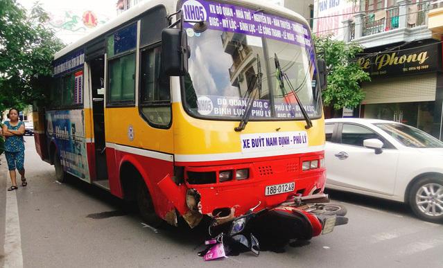 Xe buýt lấn làn, đâm chết nữ hộ sinh