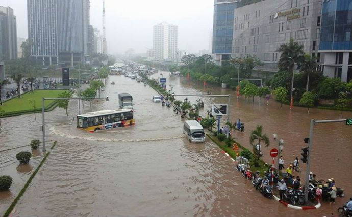 Mưa to Hà Nội như sông: Cần bản đồ cảnh báo điểm ngập