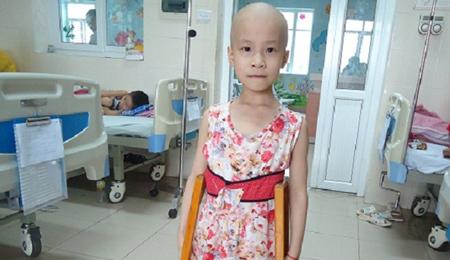 Bé gái nguy cơ bị cụt cả 2 chân vì ung thư xương