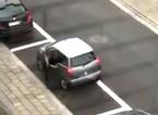 'Chết cười' với kiểu đỗ xe siêu cẩn thận
