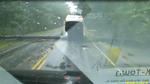 Thót tim xem cảnh cây đổ trúng xe đang chạy tránh bão ở Mỹ