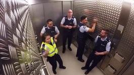 Ngạc nhiên với hành động của cảnh sát trong thang máy
