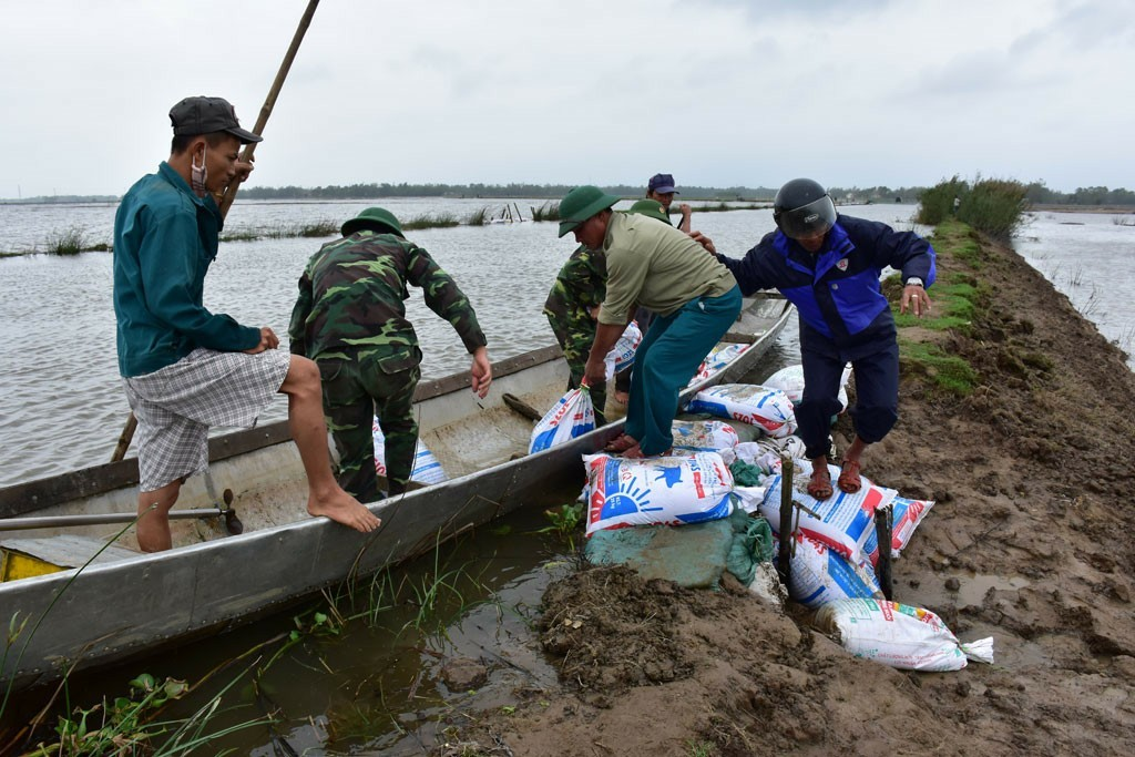 'Siêu bão' số 10: Miền Trung sơ tán hàng vạn dân