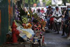 Vỉa hè Hà Nội bị tái chiếm như chưa bao giờ được dẹp