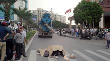 HN: Cô gái đi xe đạp bị cuốn vào gầm xe bồn chết thảm