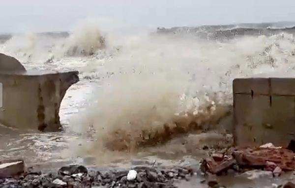 Gió giật cấp 14 ở Cồn Cỏ, di dân xuống địa đạo trú ẩn