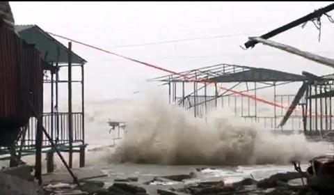 sóng đánh sập nhiều nhà