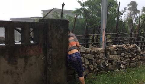 Người dân cố vượt mưa bão để cứu tài sản