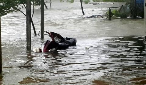 Nước biển dâng cao đã tràn vào nhà dân tại thôn Kim Phượng, xã Thạch Kim, huyện Lộc Hà.