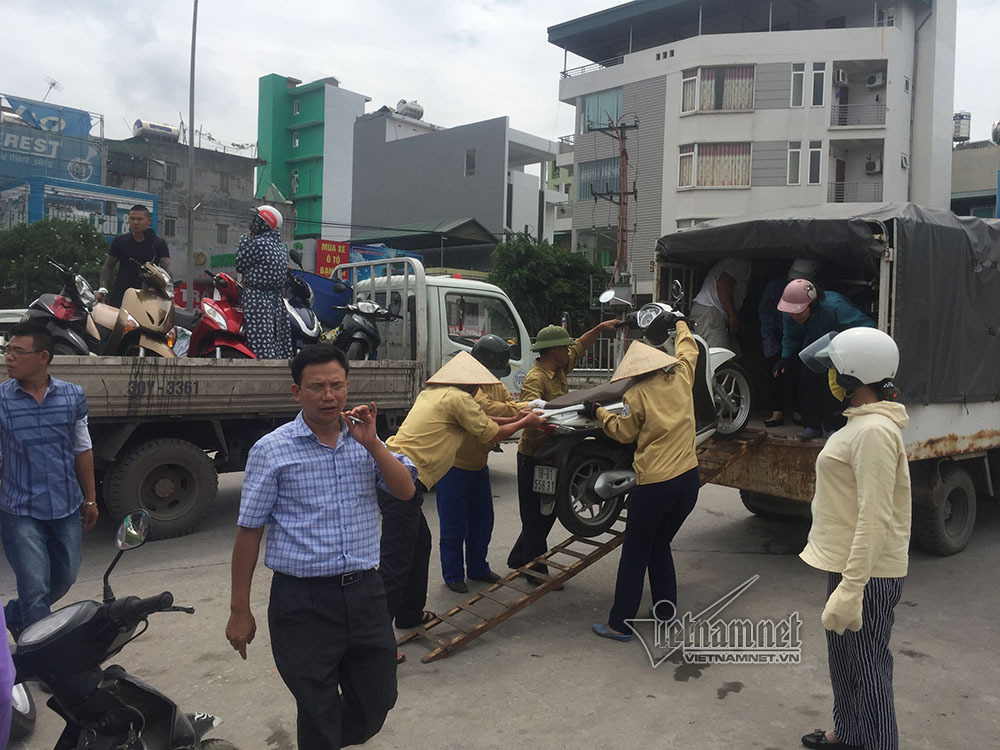 Gió giật cực mạnh, cấm xe máy qua cầu Bãi Cháy