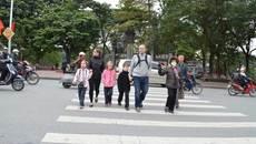 Người đi bộ ngơ ngác vì bị xử phạt giao thông