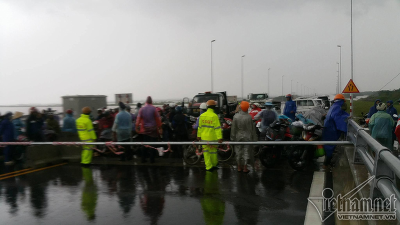 Cấm cầu vượt biển dài nhất vì bão: Đội mưa 5h chờ về nhà