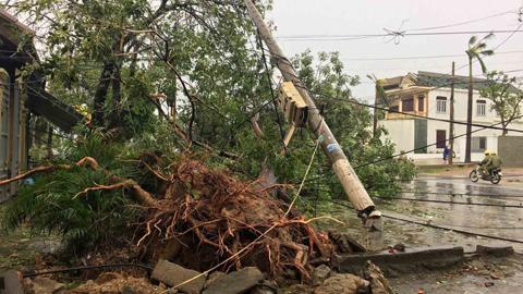 'Siêu bão' tàn phá miền Trung tan hoang, 6 người chết