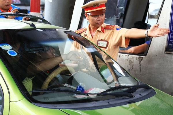 CSGT hỗ trợ trạm BOT Biên Hòa khi tài xế trả phí bằng tiền lẻ