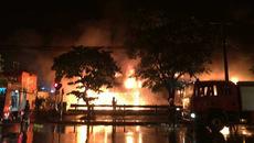 Siêu thị cháy rực trong đêm mưa trên phố Hà Nội