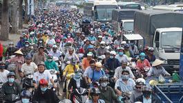 Cưỡng chế 50 ki ốt quanh sân bay Tân Sơn Nhất, giao thông rối loạn