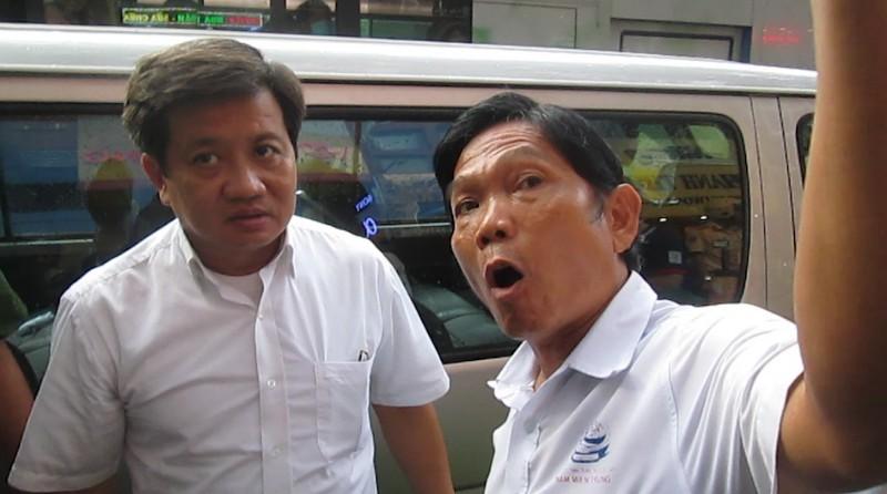 Ông Đoàn Ngọc Hải đội mưa dẹp vỉa hè, đề xuất hạ chức chủ tịch phường