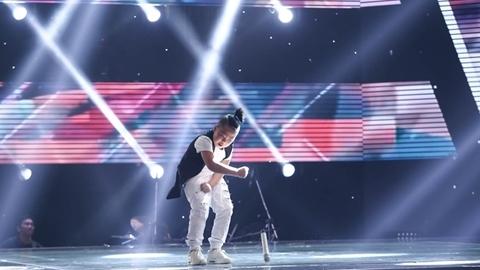 """cậu bé """"búi tóc"""" Quốc Thái hát tiếng Anh khiến 4 HLV """"lao"""" lên sân khấu tranh giành"""