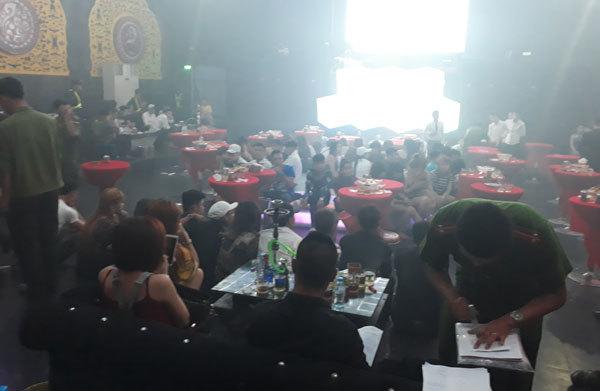 Cảnh sát đột kích quán bar, hàng trăm dân chơi vứt ma túy xuống sàn - ảnh 2