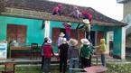 Cô giáo leo mái, lợp ngói trường học sau bão