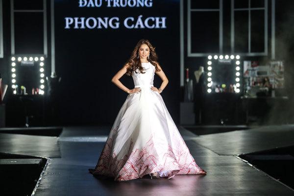 Hoa hậu Phạm Hương mặc váy trắng xinh như công chúa