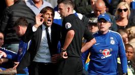 """Học trò """"đá láo"""", Conte sấn sổ gây hấn trọng tài"""