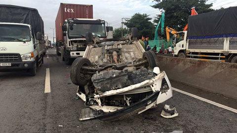 Đôi nam nữ kêu cứu trong ô tô bị container húc lật ngửa
