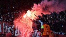 CĐV Cologne làm loạn Emirates, Arsenal chờ lĩnh án