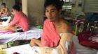 Bị tai nạn lóc da, người cha nghèo xin cứu bàn tay lao động