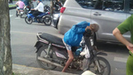 Cụ ông chết trong tư thế ngủ gục trên xe máy ở Sài Gòn