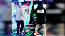 Cụ ông gây sốt vì màn nhảy cùng hotgirl trên máy game