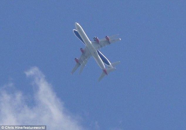 """Khoảnh khắc kì lạ 2 máy bay """"đè lên"""" nhau trên trời"""