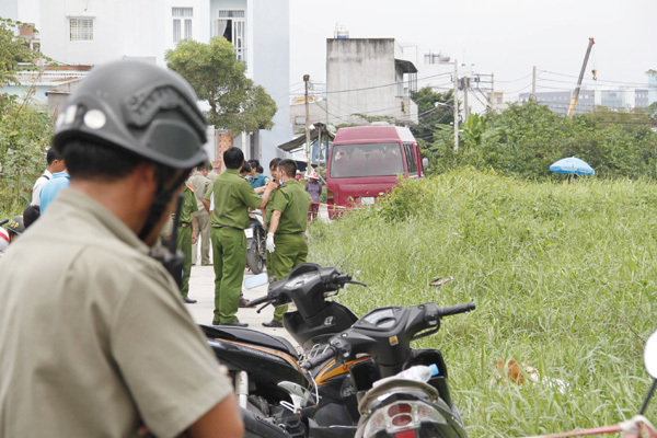 Thi thể trẻ sơ sinh bị vứt bỏ ở bãi đất ven Sài Gòn