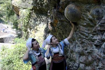 """Kỳ lạ vách núi """"đẻ trứng"""" ở Trung Quốc"""
