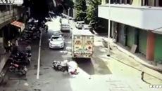 Hai em bé phóng xe lao vào đầu ô tô