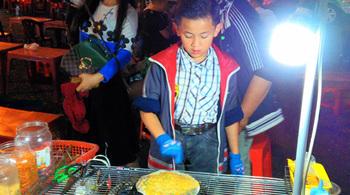 Cậu bé nổi tiếng khắp chợ Đà Lạt vì nướng bánh tráng cực chuyên nghiệp