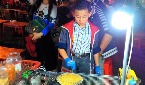 Cậu bé bán bánh tráng nổi tiếng ở chợ Đà Lạt