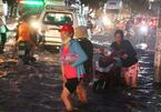 Hàng trăm ôtô, xe máy bị ngâm trong hầm ngập nước ở Sài Gòn - ảnh 18