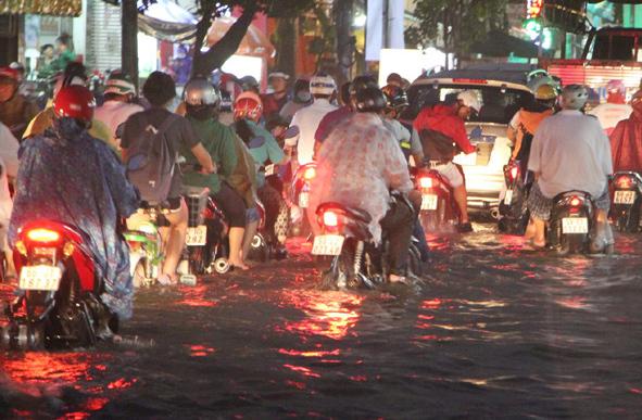 Mưa kết hợp triều cường, đường Sài Gòn ngập nặng