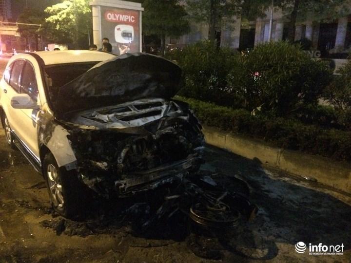 Ô tô, xe máy bốc cháy ngùn ngụt sau va chạm trong đêm