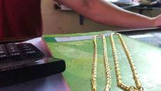Cướp thản nhiên dùng kìm cắt vòng vàng trên cổ nạn nhân