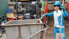 Giây phút ám ảnh nữ lao công trong cơn bão