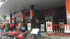 Chặt chém dân vùng bão: Cây xăng bị đóng cửa