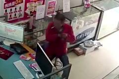 Trộm liền 3 chiếc smartphone, người đàn ông ngơ ngác khi bị bắt